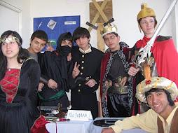 Varios personajes entretenidos en la muestra