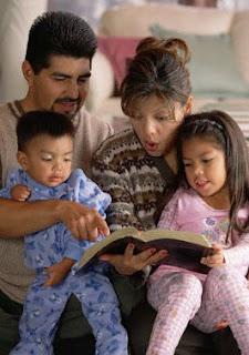 familia leyendo la biblia
