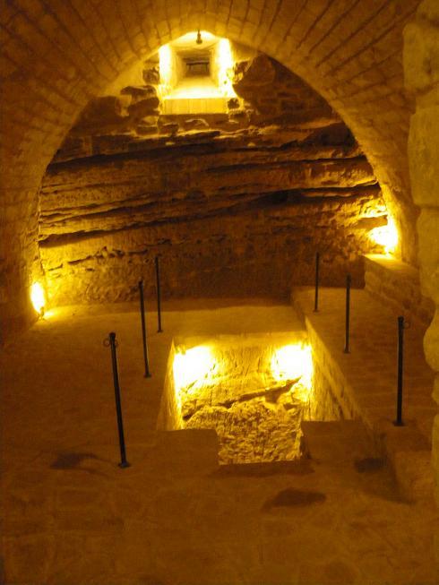 Antiguos Baños Judíos: , al tropezar con restos antiguos importantes, tuvo que paralizarse