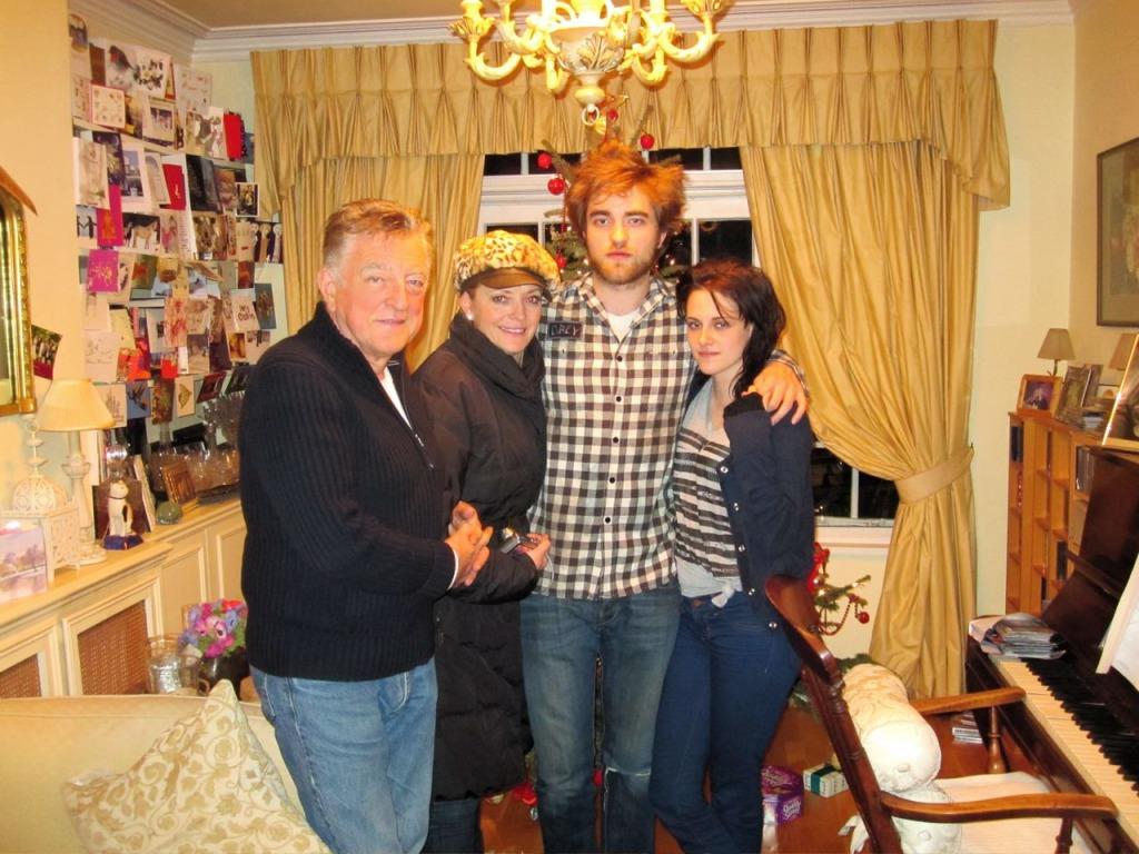 http://3.bp.blogspot.com/_qWAQ4q9HS1c/TRPBHPNtSdI/AAAAAAAAAFo/wOYOMbobpu8/s1600/Pattinson%2BFamily%2B2009.jpg