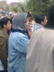 الصورة بتحمل دلالات---متظاهرة ---معاقة---من أطفال الشوارع كمان