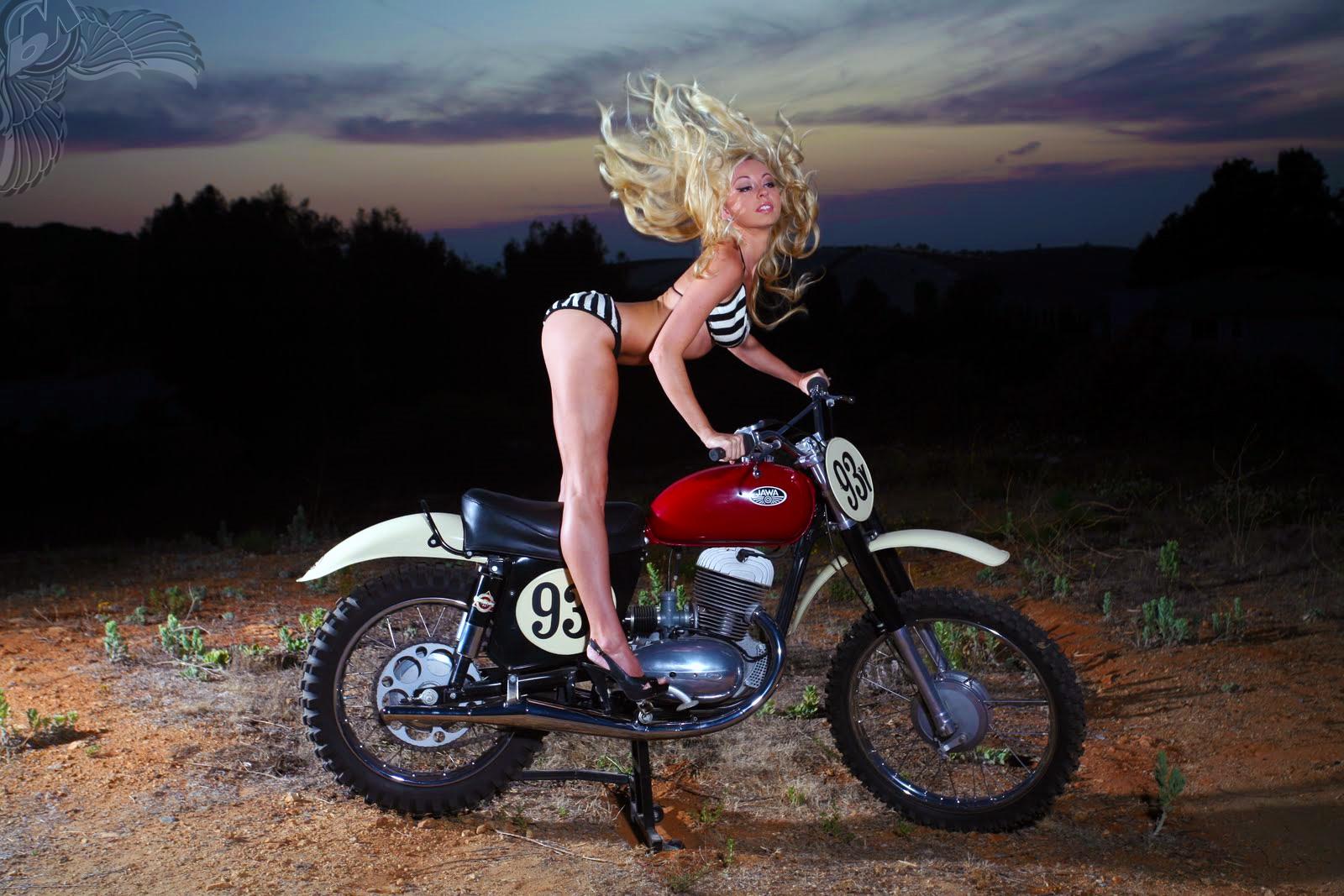Слет байкеров 2009 фото девушки с голой грудью на мотоцикле с флагом 13 фотография