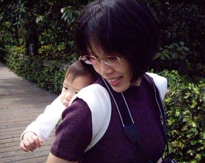 用揹巾揹著寶寶出外遊玩