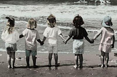 amigos na pria,caminhando juntos,amizade