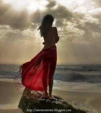 menina refletindo no mar,luz do sol