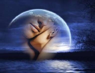 casal dentro da lua refletindo no mar