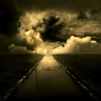 estrada escura,longo caminho,luz do sol entre as nuvens
