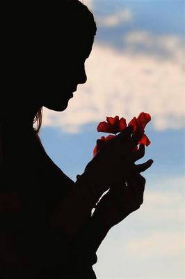 mulher pensativa com rosa nas mãos,momentos,sonhos