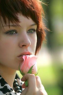 felicidade,mulher feliz,flor rosa