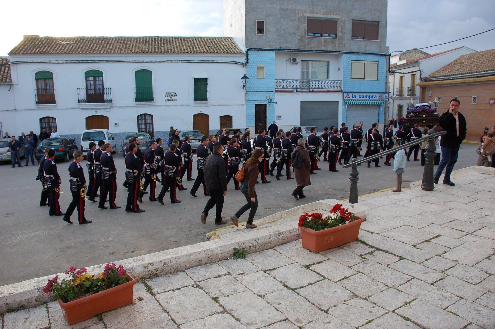 sigue la banda acompañando al sepulcro