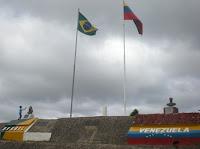 FRONTEIRA COM BANDEIRAS BRASIL E VENEZUELA