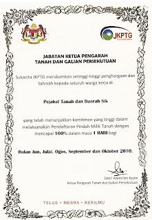 Saya sedang menerima Sijil Penghargaan Kejayaan Melaksanakan Urusan
