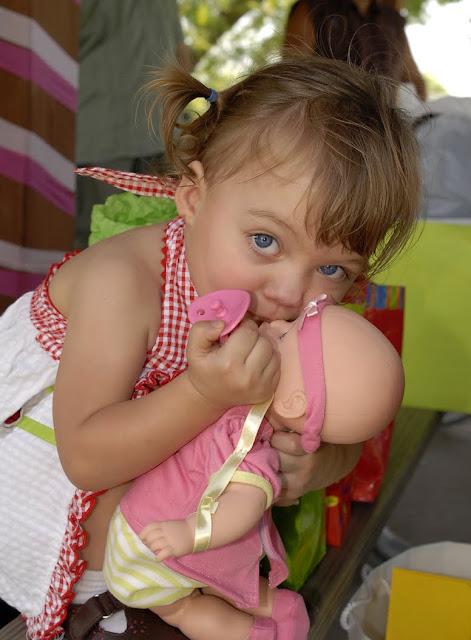 http://3.bp.blogspot.com/_qfcupp5GJs4/TItTEGttllI/AAAAAAAAAe4/UdR1rma6bDc/s640/06-26-10+Kristina+first+baby+kiss.jpg