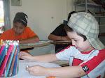 Crianças em atividades de Desenho em sala de aula.