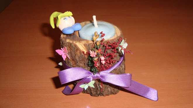 porta vela de tronco con pequeño duende en porcelana fria