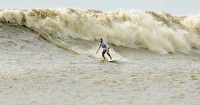 http://3.bp.blogspot.com/_qqRg4JmfF8g/SDdlr1-SNpI/AAAAAAAAAHc/KG-3AYL9efg/s400/pororoca_surfe.jpg