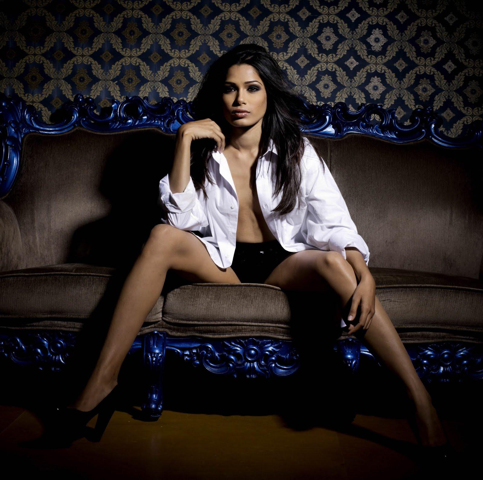 http://3.bp.blogspot.com/_qrmD8jCqKjE/THTd7BsYOmI/AAAAAAAAJl4/UMWwJ5CTypQ/s1600/Freida-Pinto-White-Shirt-Black-undies-2.jpg