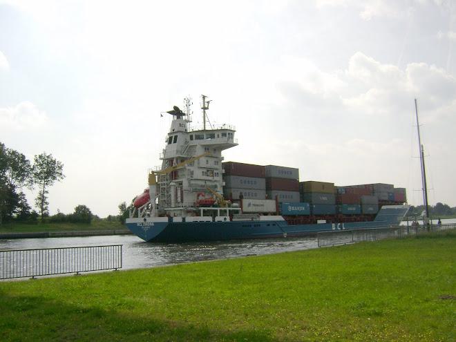 เรือบรรทุกสินค้าในคลองแห่งหนึ่งในประเทศเยอรมัน