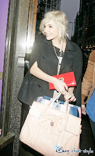 brit popster pixie lott carries mulberry