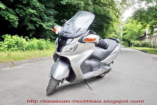 In 2005 Suzuki created the Skywave 650 LX, which is a Twin 638.00 ccm  title=