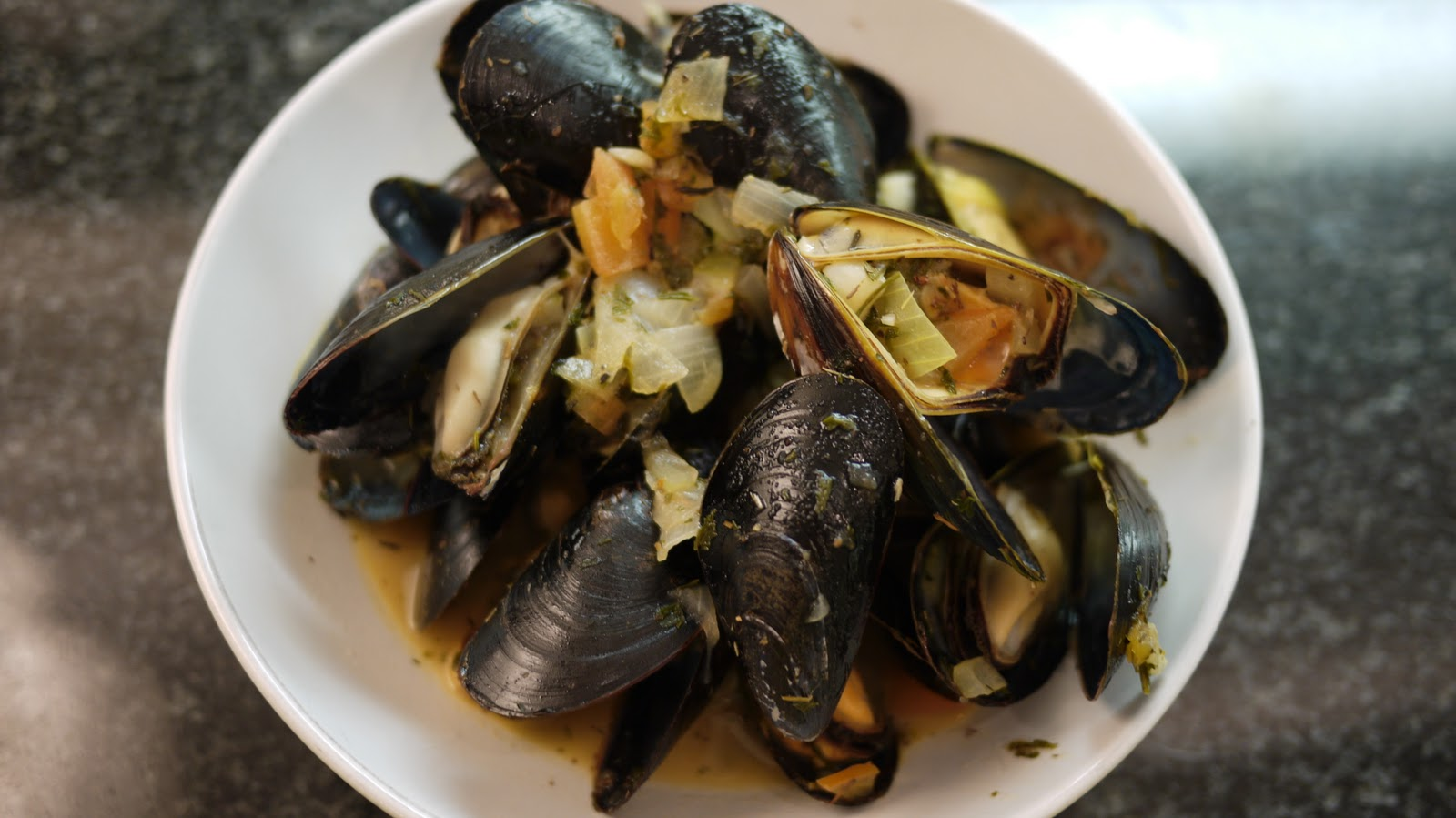 Carol's Kitchen: Steamed Mussels w/ white wine