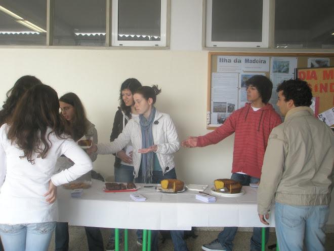 Divulgação de informação acompanhada com a venda de bolos