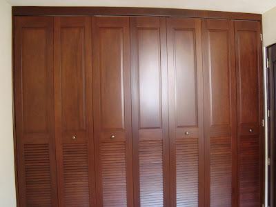 Servicios integrales closet de madera for Disenos de puertas de madera para closets