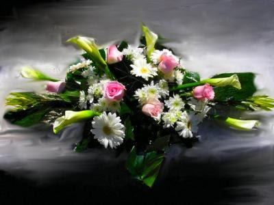 centro de flores naturales de rosas y calas blancas