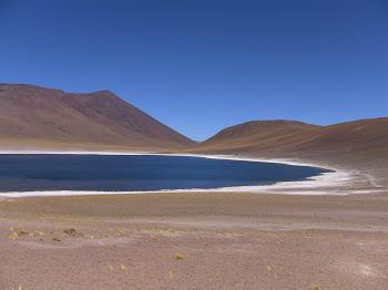 lac de montagne à la couleur émeraude au pied d'un volcan