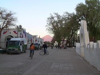 le village de San Pedro avec le volcan Licancabur en fond