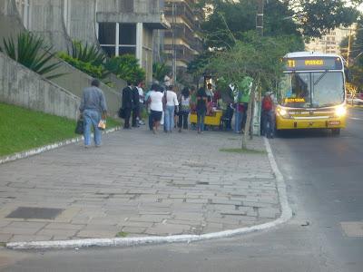 parada de ônibus em frente ao Instituto de Previdência do Estado IPE na Avenida Borges de Medeiros, em frente ao Corpo de Bombeiros Praia de Belas