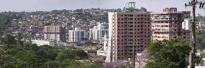 Imagem panorâmica da Zona Leste de Porto Alegre, apresentando os bairros Partenon e Jardim Carvalho. A fotografia foi capturada na Rua Capitão Manoel Pozo Bravo para o Blog Vivendo Porto Alegre