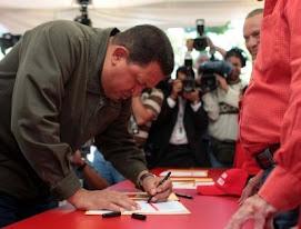 Hugo Chavez apoyando la Enmienda