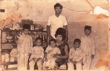 Gambar Keluarga semasa di Singapura 1968