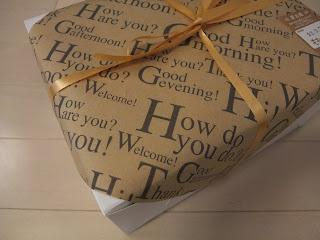 ももの木のケーキ箱の英字包装紙