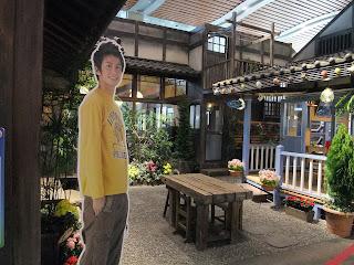 漁師の鈴木一平とはまもと荘の中庭