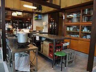 はまもと荘の厨房の食器棚