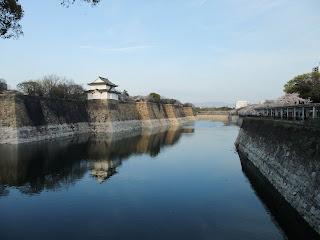 大阪城のお堀の桜