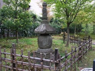 藤田邸跡公園の石塔