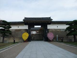 大阪城の大手前門の菊飾り