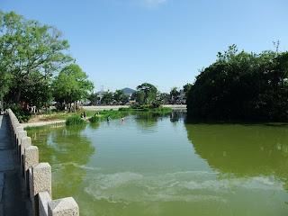 万代池に子供が遊ぶ風景