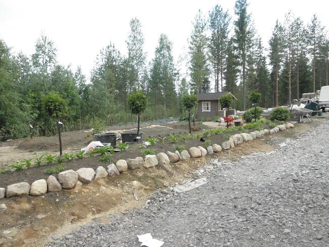 leikkimökin ympärille on muodostunut pieni puutarha