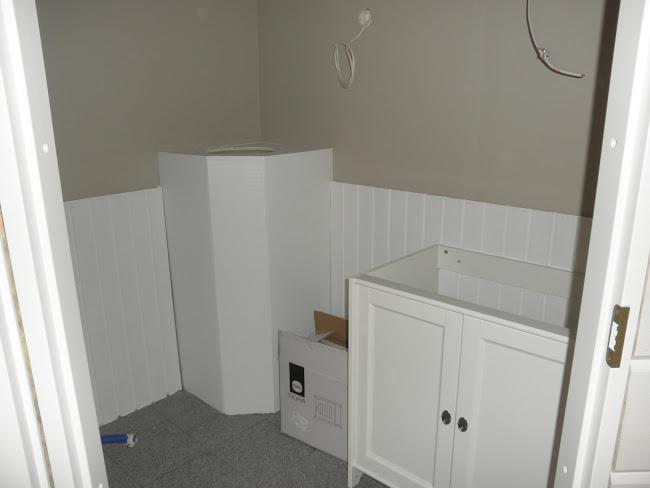 Hieman maalia pintaan ja ensimmäinen Ikean kaappi kasattuna