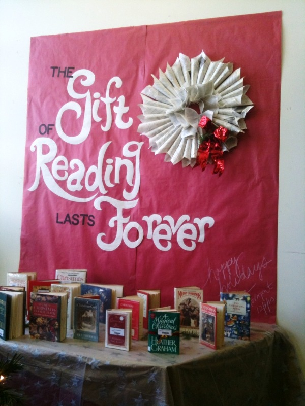 Christmas Ideas For School Libraries : Library displays the gift of reading lasts forever