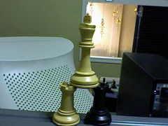 Xadrez: rei com anel sobre duas torres