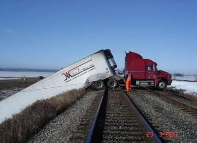 Acidente, caminhão no trilho do trem