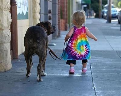 Criança levando o cachorro pra passear