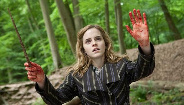 Hermione com as mãos ensanguentadas em Harry Potter e As Relíquias da Morte - parte 1