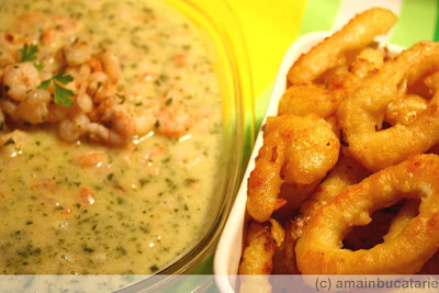 Articole culinare : Creveti in unt cu usturoi si patrunjel si calamari prajiti