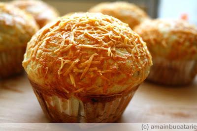 Articole culinare : Muffins cu usturoi si parmezan